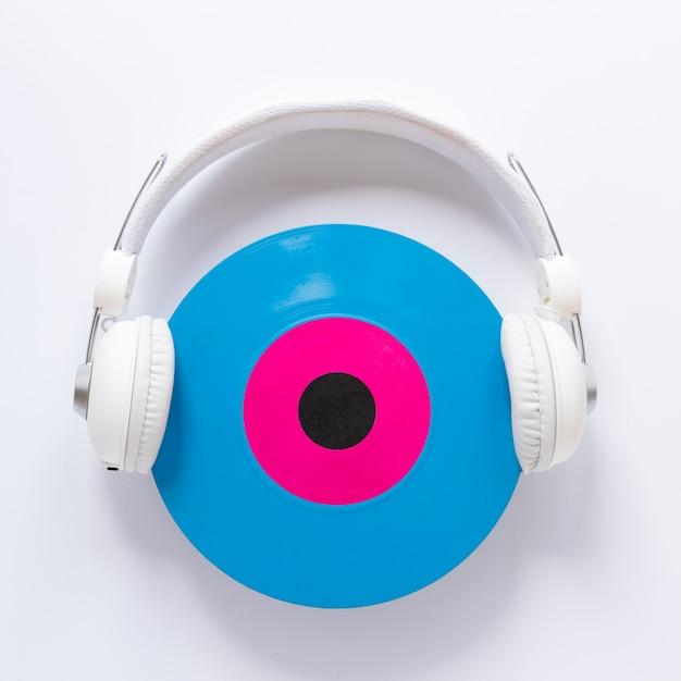 Vista superior del auricular con un disco de vinilo Foto gratis