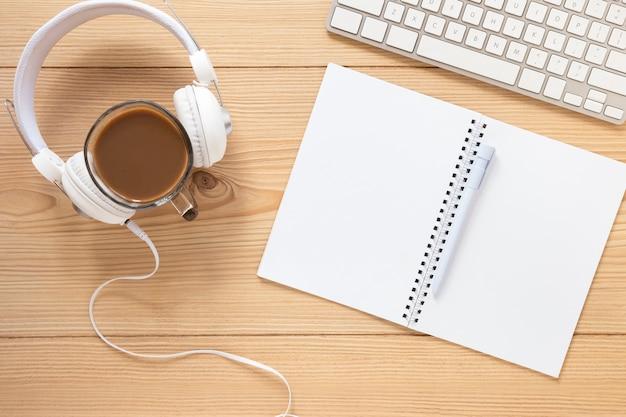 Vista superior auricular con notebook Foto gratis