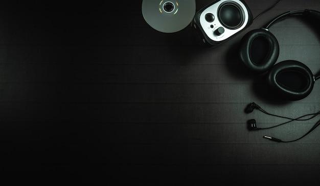 Vista superior de auriculares, disco y un altavoz. Foto Premium
