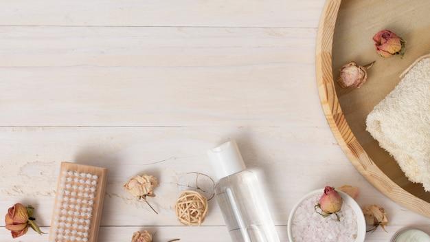 Vista superior bandeja de madera con productos cosméticos. Foto gratis