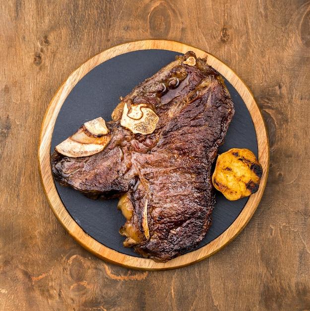 Vista superior de bistec en placa Foto Premium
