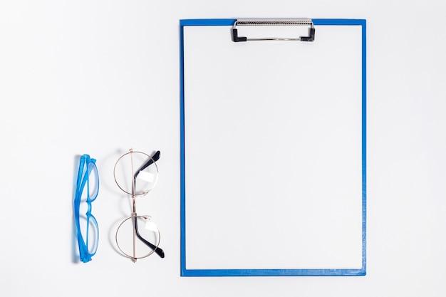 Vista superior del bloc de notas con gafas Foto gratis