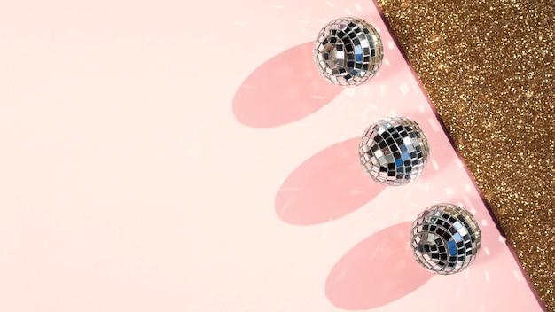 Vista superior de bolas de discoteca con espacio de copia Foto gratis
