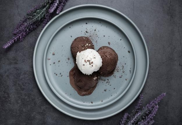 Vista superior bolas de helado en placa Foto gratis