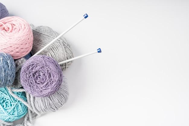 Vista superior de bolas de hilo de lana de colores Foto Premium