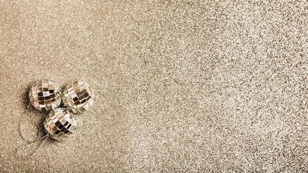 Vista superior bolas de navidad de plata sobre superficie de granito Foto gratis