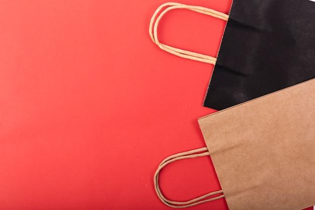 Vista superior de bolsas de compras con espacio de copia Foto gratis