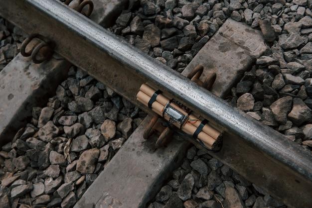 Vista superior. bomba de tiempo en el ferrocarril durante el día al aire libre. concepción de terrorismo y peligro Foto gratis
