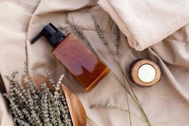 Vista superior de la botella de aceite esencial y lavanda Foto gratis