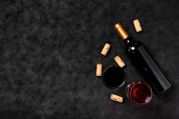 Vista superior de la botella de vino con fondo de pizarra Foto gratis