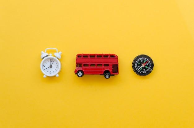 Vista superior del bus de juguete con reloj y brújula al lado Foto gratis