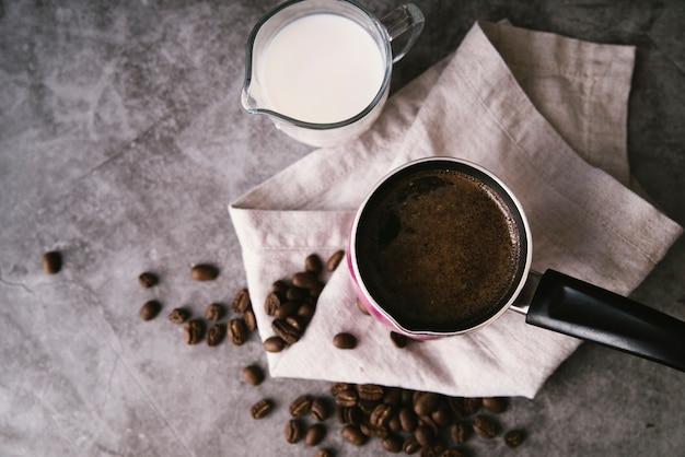 Vista superior de café fresco y leche. Foto gratis