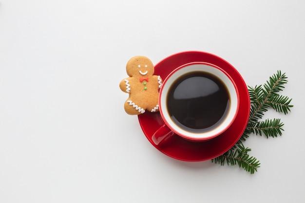 Vista superior de café con hombre de jengibre Foto gratis