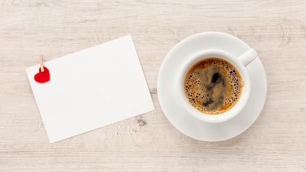 Vista superior de café y papel para el día de san valentín Foto gratis