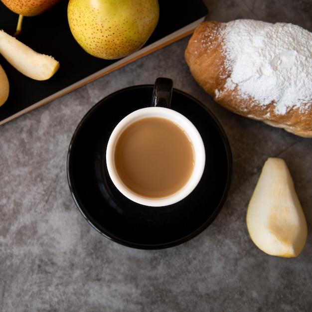 Vista superior de café y pastelería de desayuno. Foto gratis
