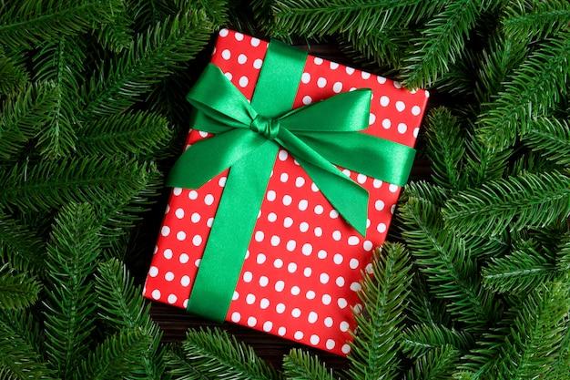 Vista superior de la caja de regalo de año nuevo decorado con rama de abeto. Foto Premium