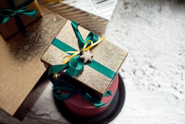 Vista superior de la caja de regalo dorado de navidad Foto Premium