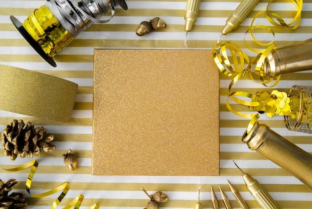 Vista superior caja de regalo rodeada de cintas doradas y lentejuelas Foto gratis