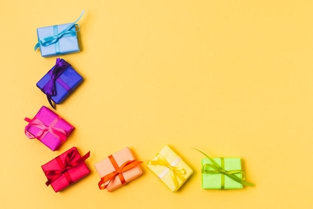 Vista superior de cajas de regalo coloridas Foto gratis