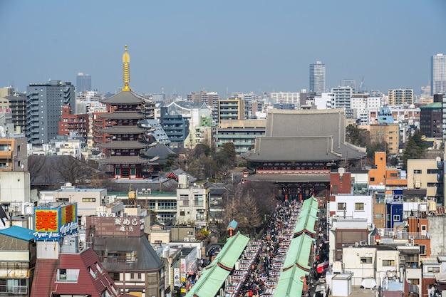 Vista superior de la calle comercial nakamise en asakusa y el templo sensoji en asakusa Foto Premium