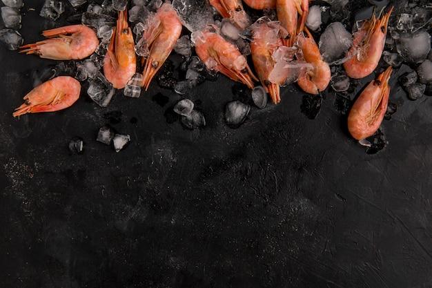 Vista superior de camarones de mariscos en el espacio de copia de hielo Foto Premium