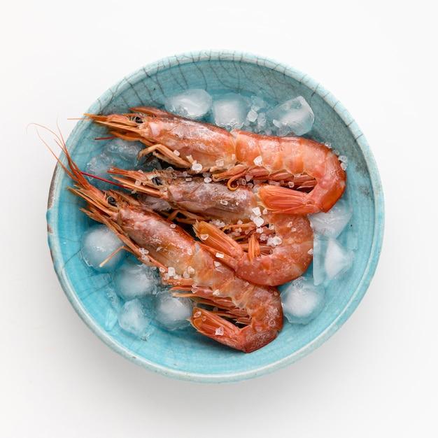 Vista superior de camarones en plato con cubitos de hielo Foto gratis
