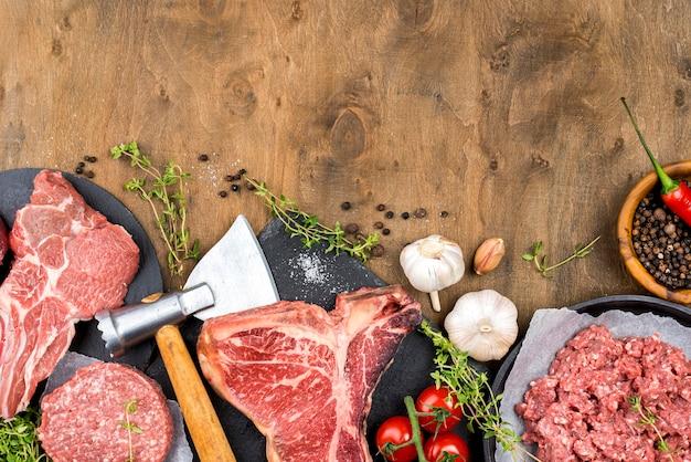 Vista superior de carne con ajo y hierbas. Foto gratis
