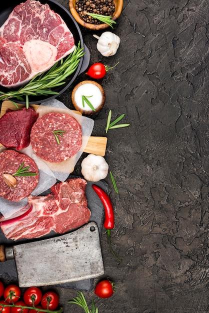 Vista superior de carne con tomate y chile Foto Premium