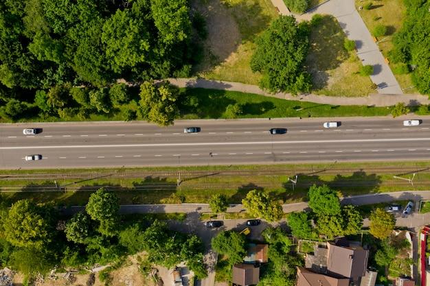 Vista superior de la carretera de la ciudad con tráfico ligero Foto Premium