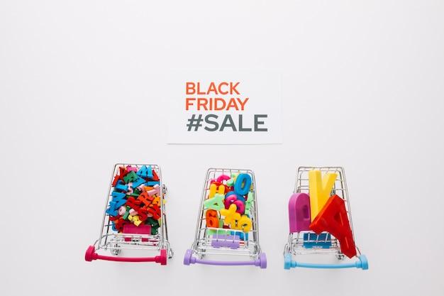Vista superior de carros de compras de viernes negro Foto gratis
