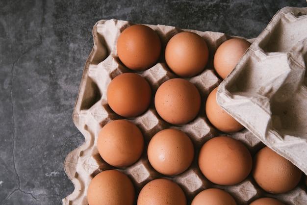 Vista superior del cartón de huevos. Foto gratis