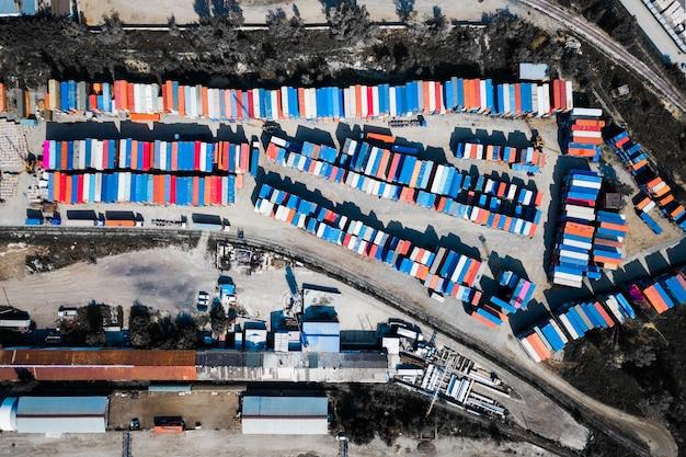 Vista superior del centro logístico, una gran cantidad de contenedores de diferentes colores para almacenar mercancías. Foto Premium