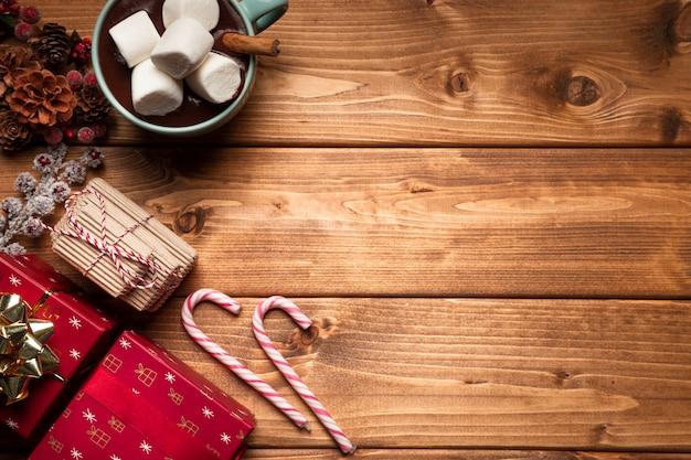 Vista superior de chocolate caliente con caramelo Foto gratis