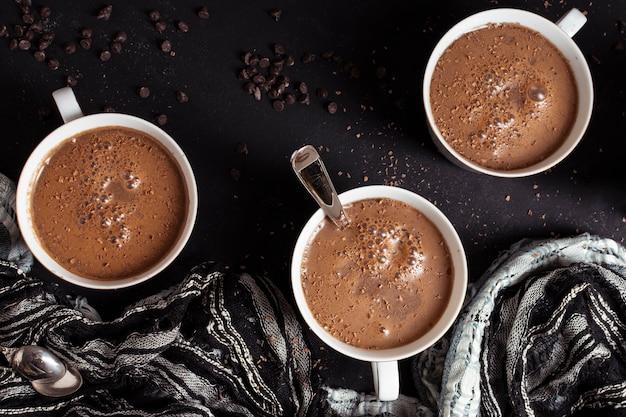 Vista superior de chocolate caliente y chips de cacao. Foto gratis