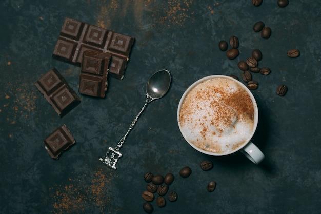 Vista superior de chocolate caliente con cuchara de plata Foto gratis