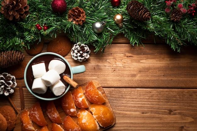 Vista superior de chocolate caliente con fondo de madera Foto gratis
