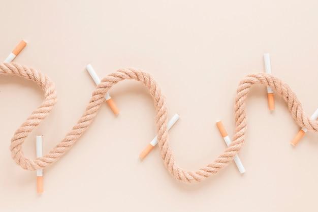 Vista superior cigarros y cuerda Foto gratis