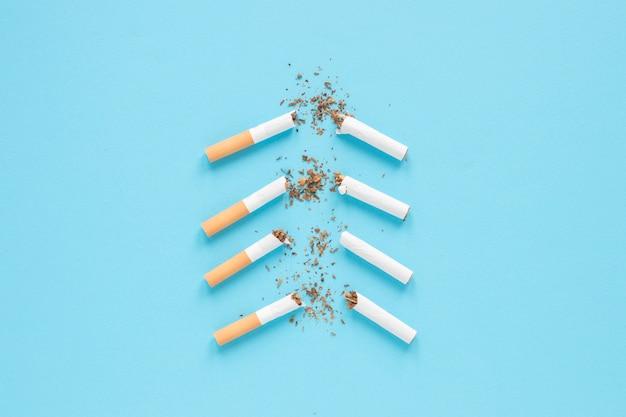 Vista superior cigarros rotos Foto gratis