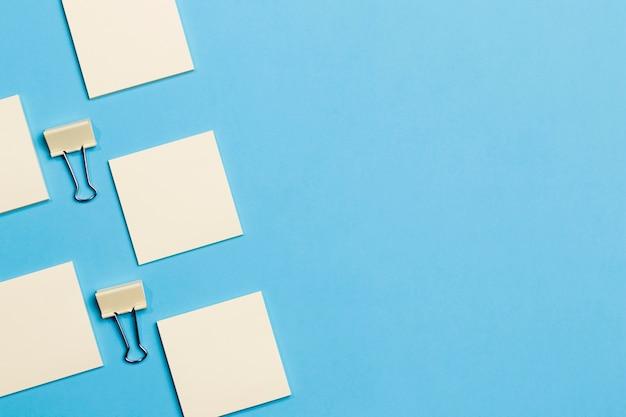 Vista superior de clips de papel y notas con espacio de copia Foto gratis