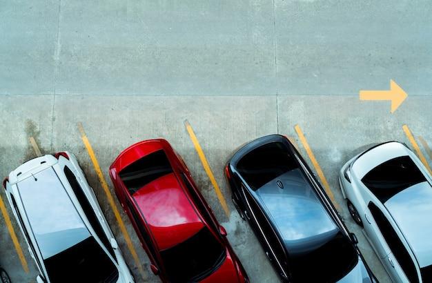 Vista superior del coche estacionado en el aparcamiento de coches de hormigón con línea amarilla de señal de tráfico en la calle. por encima de la vista del coche en una fila en el espacio de estacionamiento. no hay espacio de estacionamiento disponible. Foto Premium