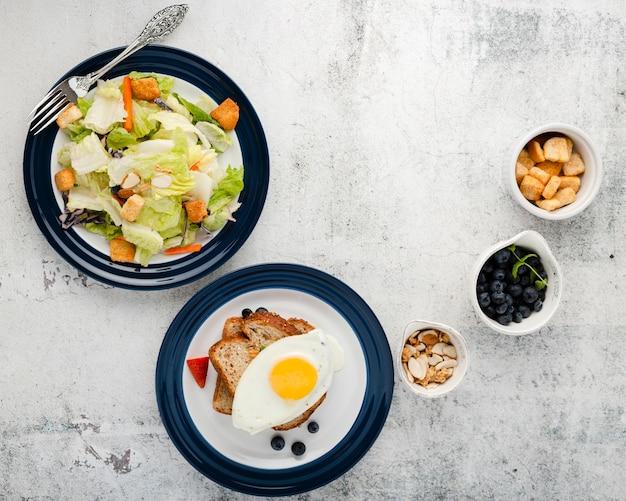 Vista superior colección de menú de desayuno con copyspace Foto gratis