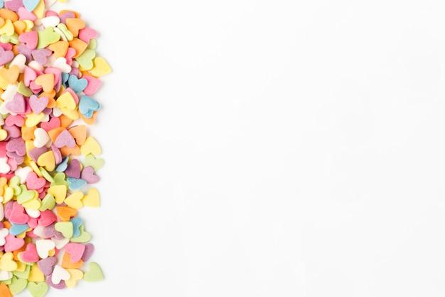 Vista superior de coloridos dulces en forma de corazón Foto gratis