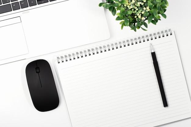 Vista superior de la computadora portátil con mouse y notebook Foto Premium