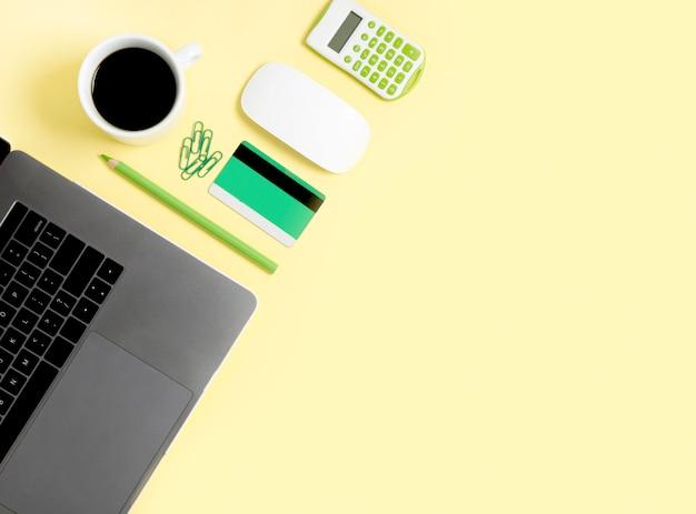Vista superior del concepto de compras en línea Foto gratis