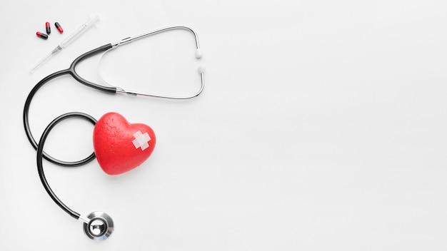 Vista superior del concepto del día mundial del corazón con estetoscopio Foto gratis