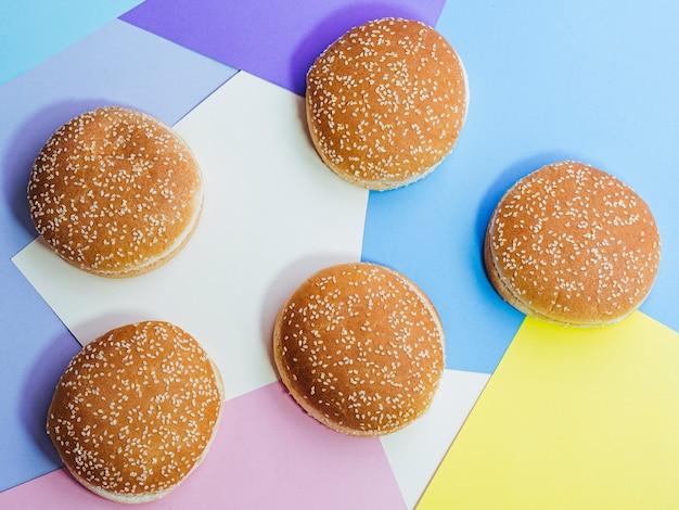 Vista superior conjunto de sabrosos bollos en colores de fondo Foto gratis