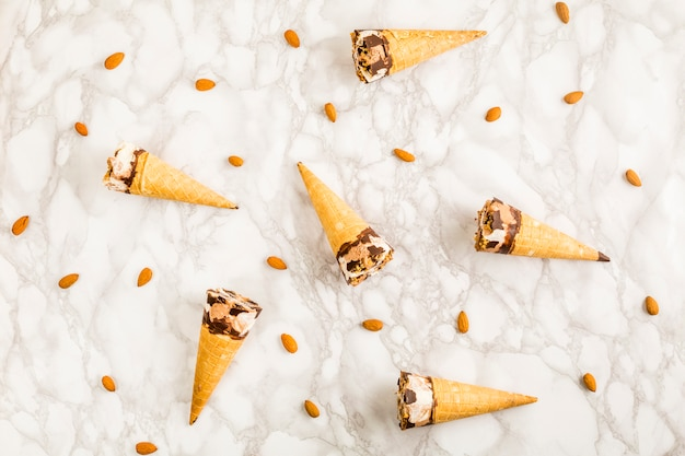 Vista superior conos de helado y almendras Foto gratis