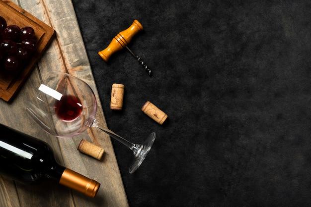 Vista superior copa de vino con fondo de pizarra Foto gratis