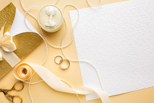 Vista superior copia espacio anillos de boda y cinta Foto gratis