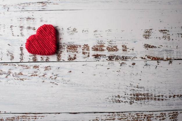 Vista superior corazón rojo sobre fondo de pared Foto gratis